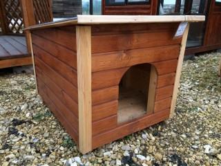 Собачья будка с металлической крышей