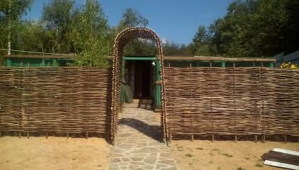 Заборчик из плетня с аркой