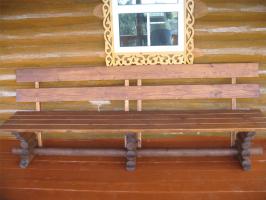 Скамейка из бревнышек и досок
