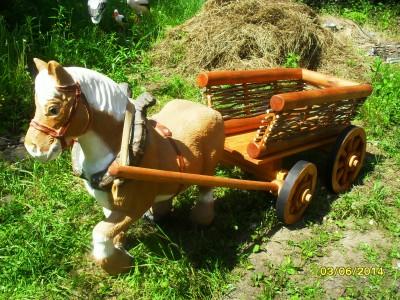 Лошадка с деревянной тележкой