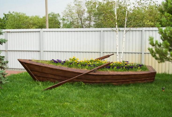 Деревянная лодка-клумба