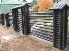 Забор из декоративных бревен