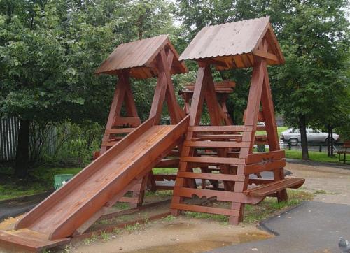 Детская площадка с деревянной горкой