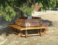 Шестигранная деревянная скамья