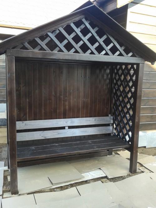 Садовая беседка со скамьей