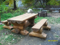 Садовый стол и скамейки из бревна